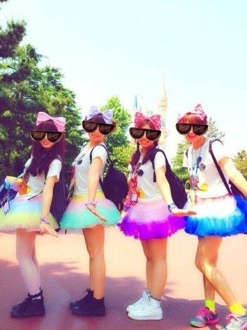 ミッキーTシャツ×カラフルレーススカート ディズニーのお揃いかわいいファッション スタイル 参考コーデ♪