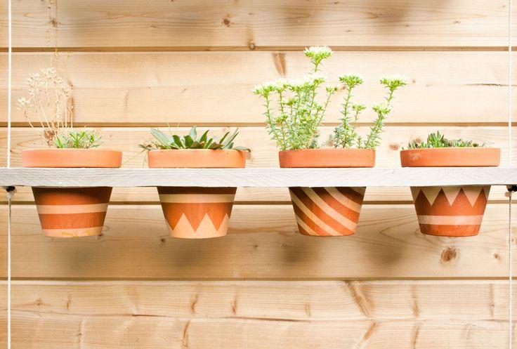 Laatst vond ik dezesuperleuke dip&dye DIY van Anne-Catherine Gerets en dat gaf me inspiratie om deze gepimpte bloempotten te maken.Het enige wat je nodig hebt zijn terracotta-potten, witte verf en afplaktape.Plak met de tape wat leuke figuurtjes op de potten en kleur de rest in met de verf. Lekker zomers met zo'n instant Ibiza sfeertje in de tuin!