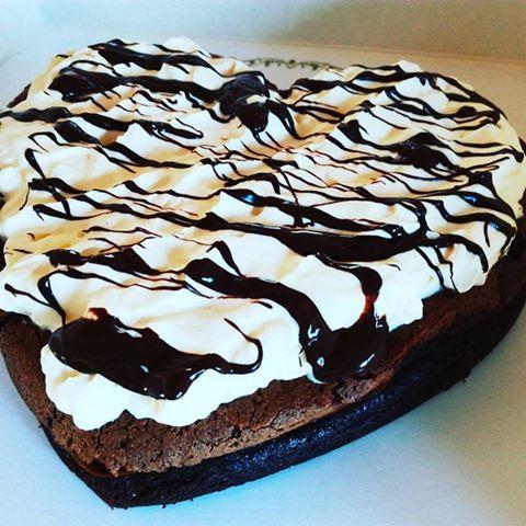 Dette er en sjokoladekake uten hvetemel og jeg tror at dette må være den mest saftigste sjokoladekaken jeg noen gang har bakt!!! :) Så hvis dere får besøke av noen med gluten allergi, anbefaler jeg…