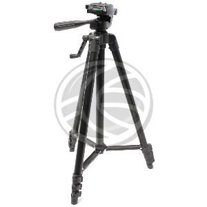 """Trípode económico fabricado en aluminio. Detalles y juntas fabricadas en plástico de color negro. Para fijación de cámaras fotográficas o cámaras de vídeo basadas en rosca de 1/4"""". Dispone de nivel tipo burbuja en la base de la peana de soporte. Se suministra con bolsa de transporte fabricada en lona de color negro. Altura plegado (mínima): 450 mm. Altura totalmente desplegado (máxima): 1500 mm. Peso neto: 750 g. Carga máxima: 5 Kg."""