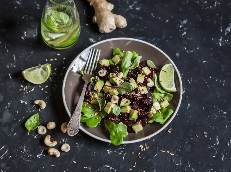 Wer seinen Vitamin-Haushalt regelmäßig auffüllt, gilt nachweislich als weniger anfällig für depressive Verstimmungen und Stress-Symptome. Harper's Bazaar verrät das Rezept für einen Salat, der alle wichtigen Vitaminquellen enthält.