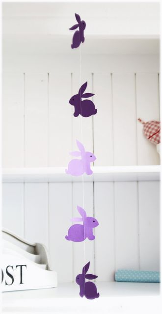 "Adorable Easter bunny garland - click ""Hier"" to get the free template"
