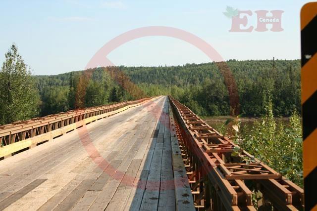 Ponte cruzando o rio Forte Nelson, na Rodovia Liard. Columbia Britânica/Territórios do Noroeste, Canadá.