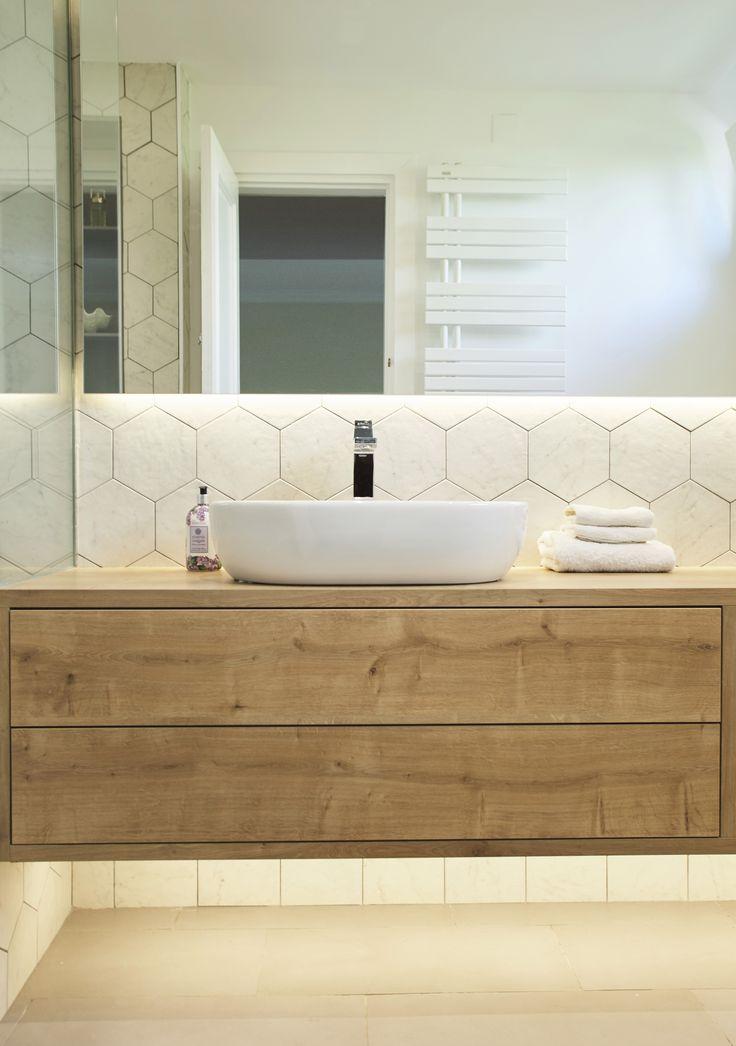 Cuarto de baño con estilo nórdico #hexagonaltiles #madera ...