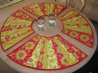 ♥ ♥ ♥ KreaMia: placemats---i like this idea for a round table. i also like the tablerunner with same units on the site. go have a look/see if you like dresdens.