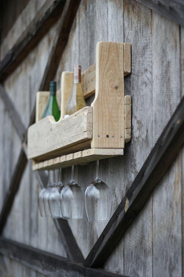 Drewniana półka na butelki oraz kieliszki. Pomieści 8 butelek oraz 8 kieliszków.  Półka w kolorze białym lub w dowolnym kolorze bejcy z palety kolorów Drewnochron.