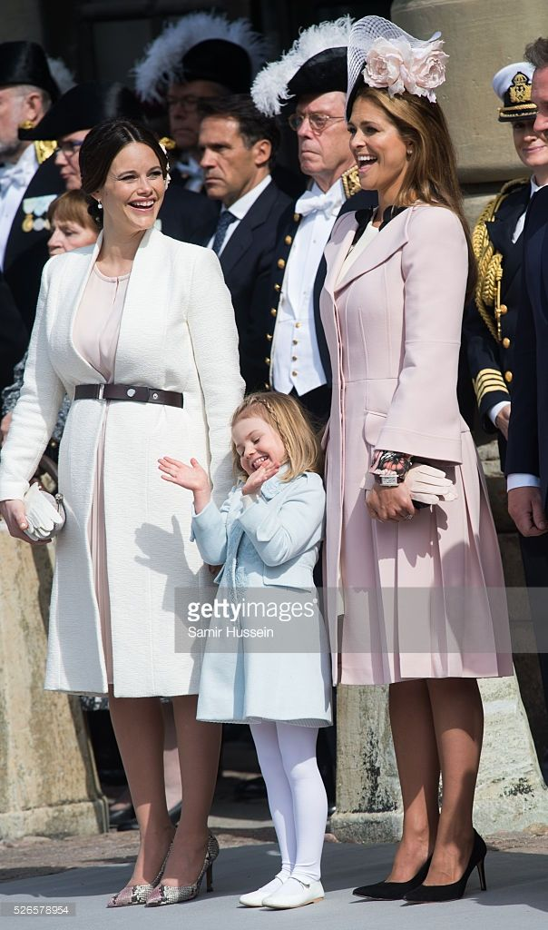prinses Sofia en Madeleine genieten van Estelle's grappige bewegingen 30 April 2016.