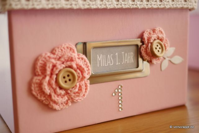 Memory-box-Erinnerungsbox-Fotobox-Fotokiste-Vintage-Shabby-Fotoalbum-Foto-Box-Album-Baby-Geburt-Babyalbum-rosa-lila-Front-1-Blümchen-Namensschild-Name