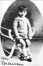 Georges Brassens à 5 ans Il pose dans l'arrière boutique d'un photographe sètois