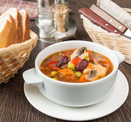 Овощной суп с беконом и фасолью