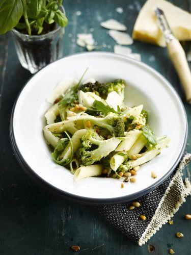 Penne met geroosterde broccoli, pijnboompitten en rucola