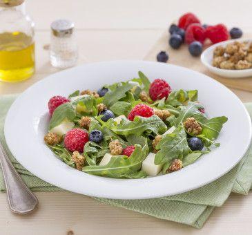 Insalata di rucola con scamorza affumicata, more di gelso bianco e frutti rossi  #insalata #rucola #scamorza #gelso #morus #alba #redfruit #fruit