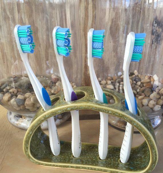 Mano lanzada Portacepillos de cerámica Cepillo de dientes fue lanzada en la rueda y luego alterado para acomodar hasta 4 cepillos de dientes. El diseño abierto permite fácil limpieza (lavavajillas) y los agujeros son lo suficientemente grandes como para acomodar más cepillos de dientes manual. Este estrecho diseño es ideal para contadores de poca profundidad. Dimensiones: Aproximadamente 7 largo X 4.5 de alto X 2 profundidad, agujeros de aproximadamente 1 de diámetro Esmaltado en verde…