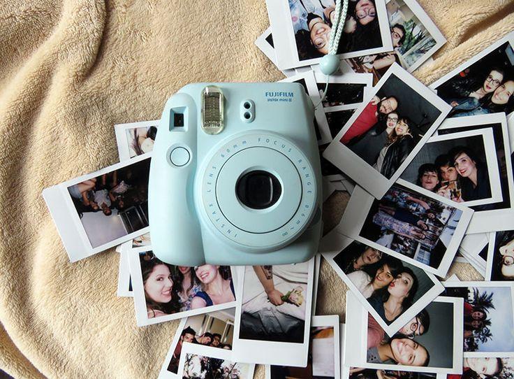 sobre ter uma instax e tirar fotos estilo polaroid que são reveladas na hora ♥