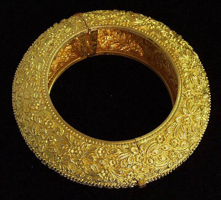 Floral granulated gold bangle.