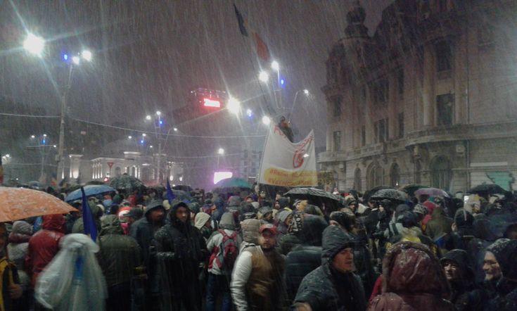 În ciuda ninsorii abundente, zeci de mii de oameni au protestat în Capitală sâmbătă seara împotriva guvernului și a PSD, în Piața Universității și apoi în marș către Palatul Parlamentului. Proteste similare au avut loc în mai multe orașe din țară.