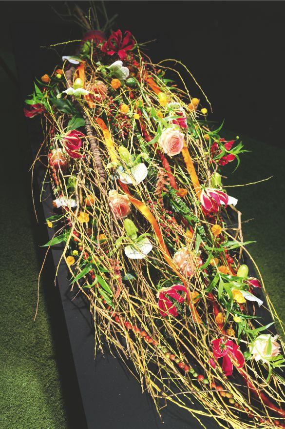 Marij Lambregst (werkend bij Nederlof bloemen en planten in Den Haag en Kleur en Geur in Monster) ging voor haar rouwstuk uit van een basis van wilgentakken, deze zijn met elkaar verbonden tot een druppelvorm, gelijkend op een rouwboeket.