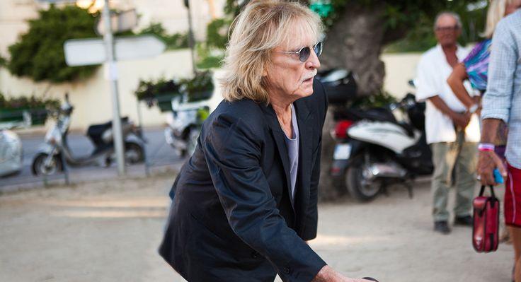 C'est au festival de Calvi On The Rocks que Vanity Fair est allé rencontrer le chanteur Christophe, alors au cœur de son Intime Tour. Prochain album, cinéma, mode et partie de pétanque : le chanteur se confie sans détour.