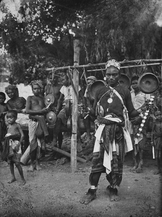 COLLECTIE TROPENMUSEUM Een meo uit het district Amarasi in het dorp Lioemata.