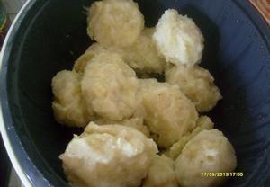 Omyté a oloupané cukety a brambory jemně nastrouháme a necháme chvíli odpočinout. Vymačkáme vodu a v míse promícháme se solí, kmínem, vejcem, solamyle...