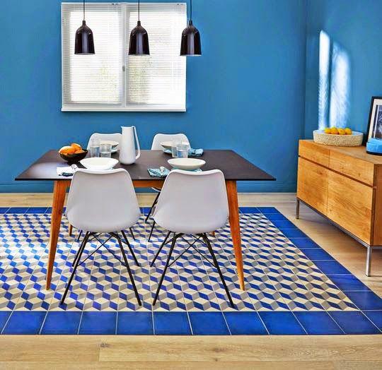 Blog - 30 inspirations #déco pour votre #salon > ♡ On aime : Ce #bleu électrique aux accents méditerranéens ✐ On retient :  Le tapis formé par les carreaux de #ciment