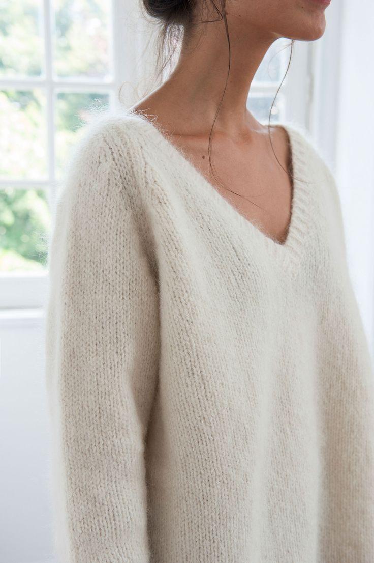 << RETOUR BOUTIQUE  Pull col V tricoté en laine mohair. Très chaud, très léger et tout en  douceur. Avec son poids plume, vous ne sentirez pas son poids, uniquement  sa chaleur. Bas, manches et col resserrés par bords côtes.  Produit également disponible en camel et bleu indigo.  Edition limitée  Chaque pull est tricoté à la main dans notre atelier au Portugal en série  limitée et numérotée.  Composition  49% Mohair, 40% laine et 11% polyamide de notre filature française.  Entretien  Pe...
