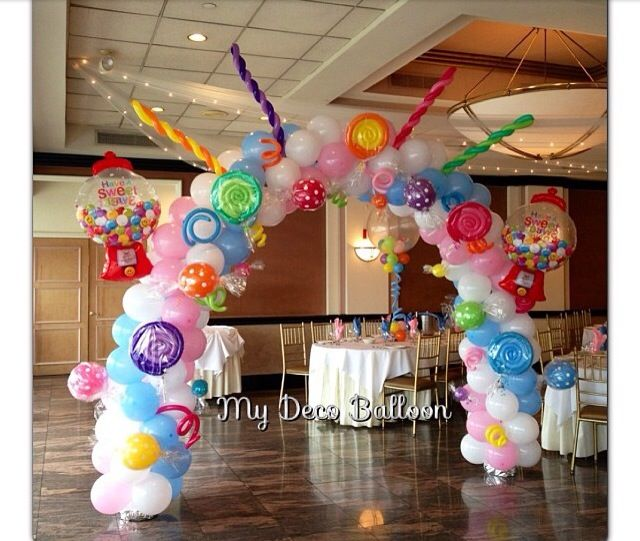 Arco de globos de látex con temática de caramelos. #DecoracionConGlobos