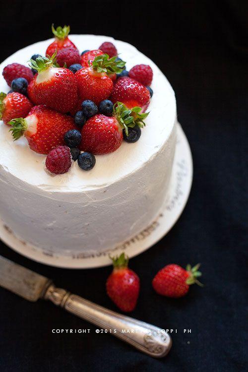 Fluffosa (chiffon cake) all'arancia con panna, fragole e frutti di bosco…