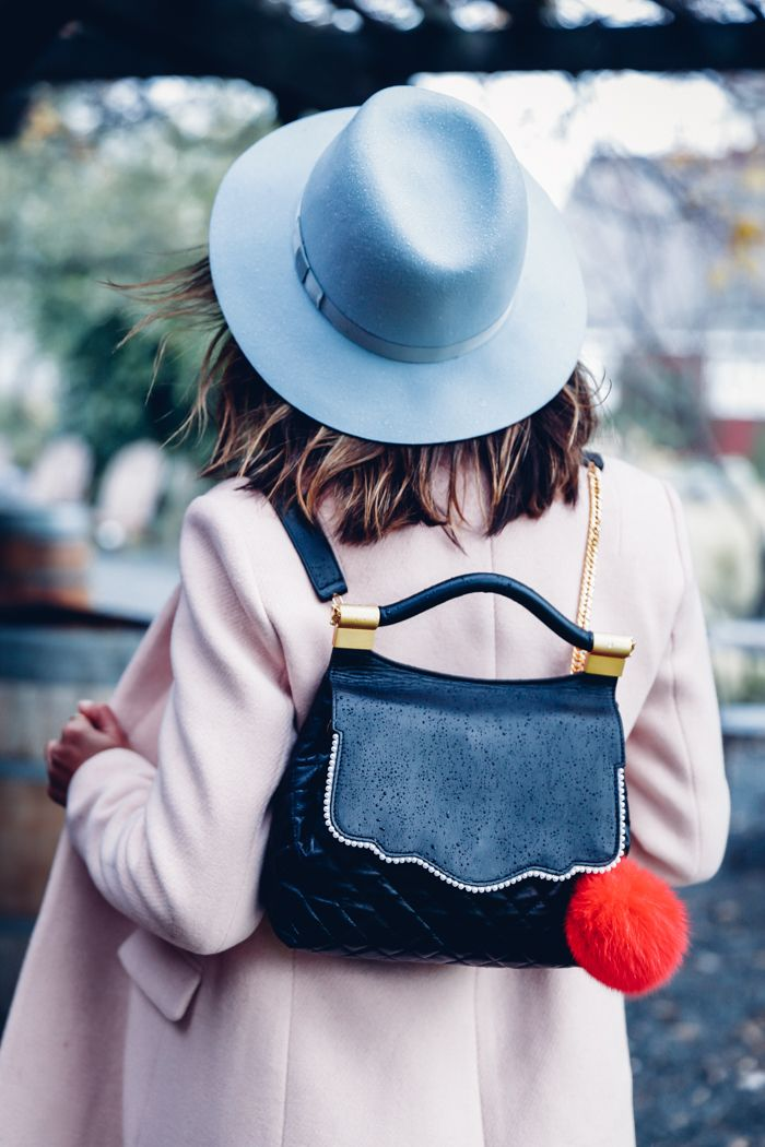 """Os bag charms estão roubando a cena por aí. It peças do momento, os acessórios para enfeitar as bolsas são chamados de """"Bag Charms"""" - são pompons, mini bolsas, chaveiros (de diversos tipos), lenços, enfim, o que você quiser pendurar..."""