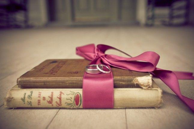 Quelques vieux livres entourés d'un ruban de satin