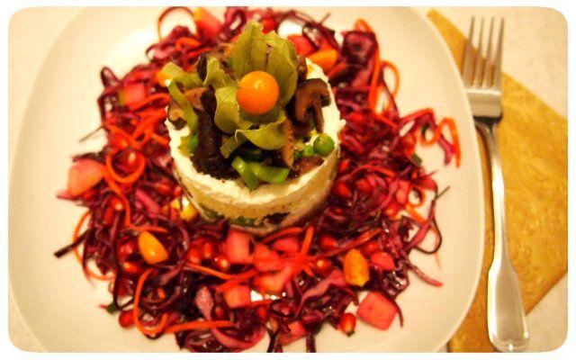 Festliches Hirse-Türmchen mit fruchtigem Rotkraut-Salat