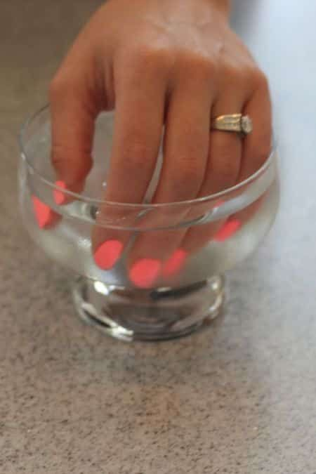 liquide vaisselle fait tenir le vernisà ongles