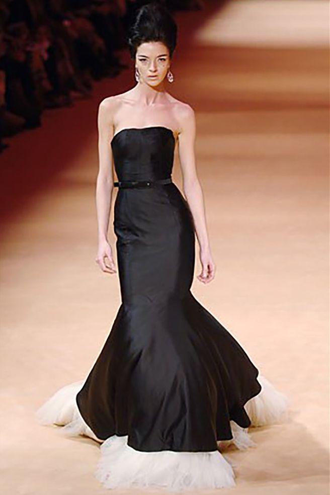 💖Alexander McQueen💖 レンタルドレス Size IT38 レンタル価格 351,000- (クリーニング代+安心保険込) 一度は着てみたい!憧れのALEXANDER McQUEENより♪ とても上質なシルク生地のウェディングドレスのご紹介です✨✨ ㅤㅤALEXANDER McQUEEN 2005 Royal Wedding dress SUPER RARE! カミラさんの息子のトムパーカーボウルズとサラさんの結婚式で着用されたALEXANDER McQUEEN 2005のドレス。同ブランドのクリエイティブ・ディレクターのサラ・バートンによって製作されたもの。キャサリン妃は、トムパーカーボウルズの妻サラが着用している衣装に触発されたと言われています。