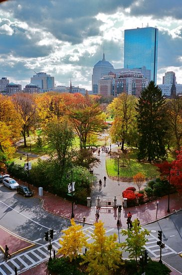 Boston Common is a park made for a stroll with the family.- Little Passports #littlepassports #bostoncommon #massachusetts