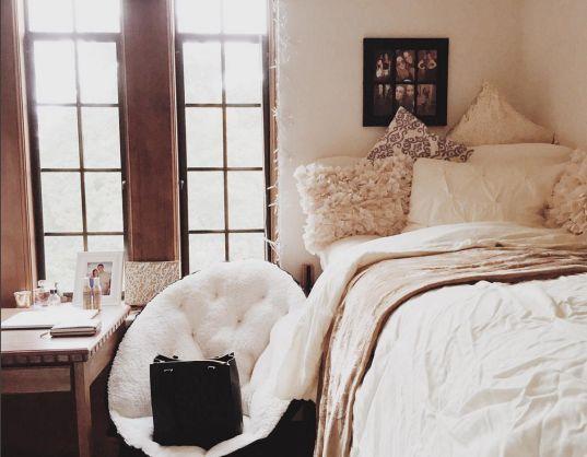 Cute and Comfy dorm | dorm room | Dorm decor | dorm ideas | blankets | cozy