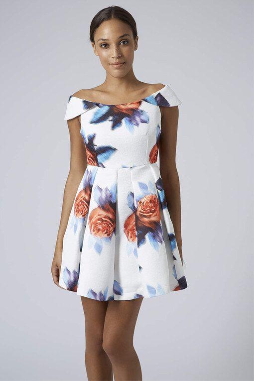 Une petite robe marquée à la taille, avec une encolure danseuse pour dégager voter port de tête