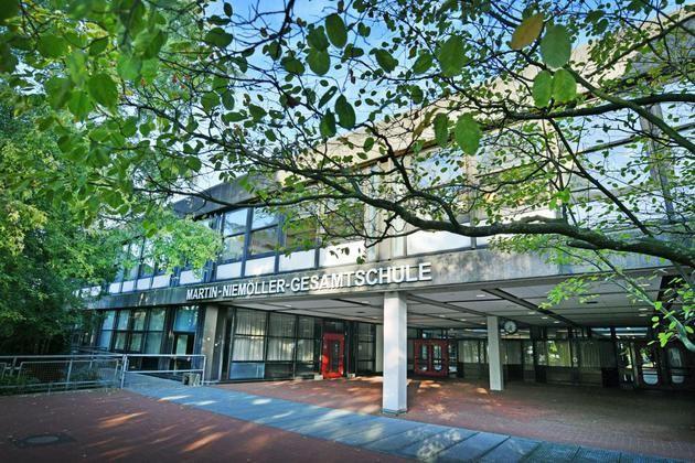 Amt in Münster hält Gebäude für denkmalwürdig +++ Niemöller-Schule: Stadt will abreißenBielefeld (WB/bp). Die Stadt Bielefeld hat beim Bauamt den Antrag auf Abbruch der Martin-Niemöller-Gesamtschule gestellt. Das Amt für Denkmalpflege in Münster hält das Schulgebäude für denkmalwürdig.