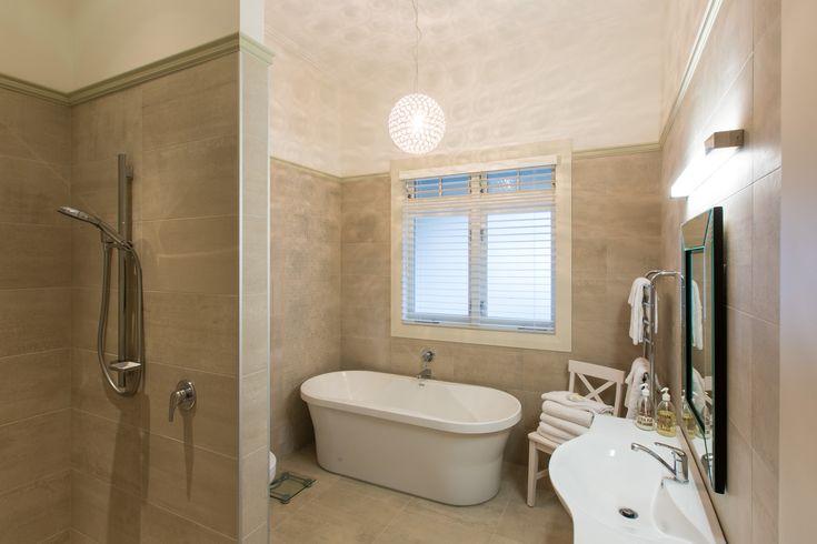 :: Cambridge Villa :: Extensively renovated resort style bathroom