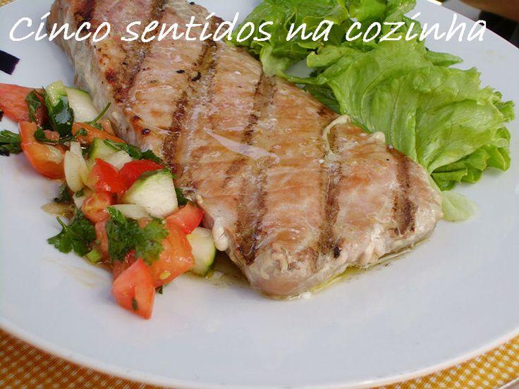 Atum fresco grelhado com molho de manteiga e pico de gallo
