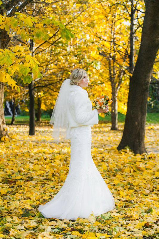 Осенняя погода иногда радует своей красотой, ковер из желтых листьев - отличный фон для свадебной фотографии. Этот яркий осенний пейзаж, мне удалось заснять в Нескучном саду, но главное украшение кадра, конечно, невеста Елена.