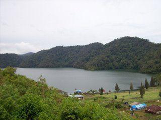 Danau Lau Kawar terletak di kaki Gunung Sinabung, Sumatera Utara. Dengan airnya yang berwarna biru, Danau Lau Kawar memiliki luas sekitar 200 hektar, lebih kecil dari Danau Toba. Walau lebih kecil dari Danau Toba, Danau Lau Kawar memiliki suasana yang asri dengan banyak pepohonan hijau di kaki gunung sehingga tidak kalah indah dari Danau Toba. Di pinggir Danau Lau Kawar sering terdapat grup yang berkemah, beristirahat saat mendaki Gunung Sinabung.