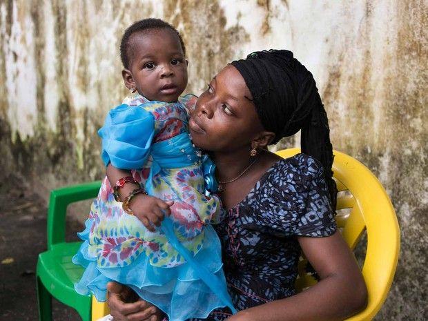 Primeiro recém-nascido a sobreviver ao vírus do ebola completou um ano no dia 27/10/2016. A mãe da criança não sobreviveu ao parto. A bebe recebeu o nome de Núbia em homenagem a enfermeira brasileira. A infecção pelo vírus ebola causa uma febre hemorrágica, com índice de mortalidade de 50 a 90% dos casos. É um filovírus de forma filamentosa que não possui classificação, foi identificado pela primeira vez em 1976 na República Democrática do Kongo (antigo Zaire).