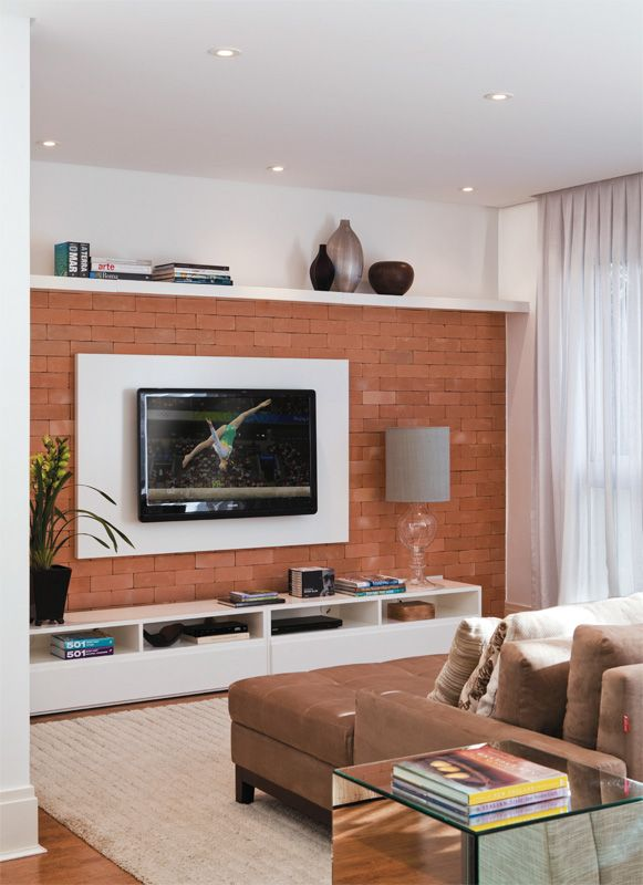 Esta sala de TV de 15 m², assinada pela arquiteta Anna Parisi, foi pensada para que uma mãe e sua flha adolescente pudessem se esparramar e ficar juntas. De verdade: o sofá convencional foi substituído por duas chaises grudadas, repletas de almofadas.