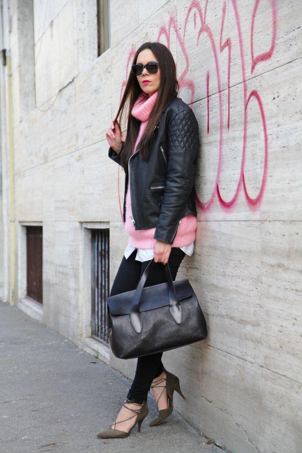 Maglione rosa, sfondo rosa, notebook rosa. Tutto rosa!