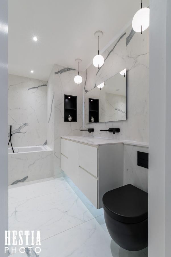 Salle de bain marbre blanc et toilettes noires - photographe