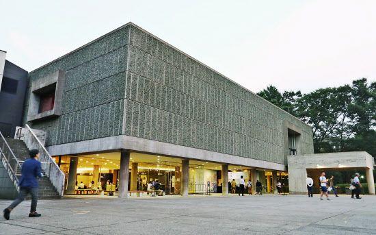 国立西洋美術館 by Le Corbusier, 東京
