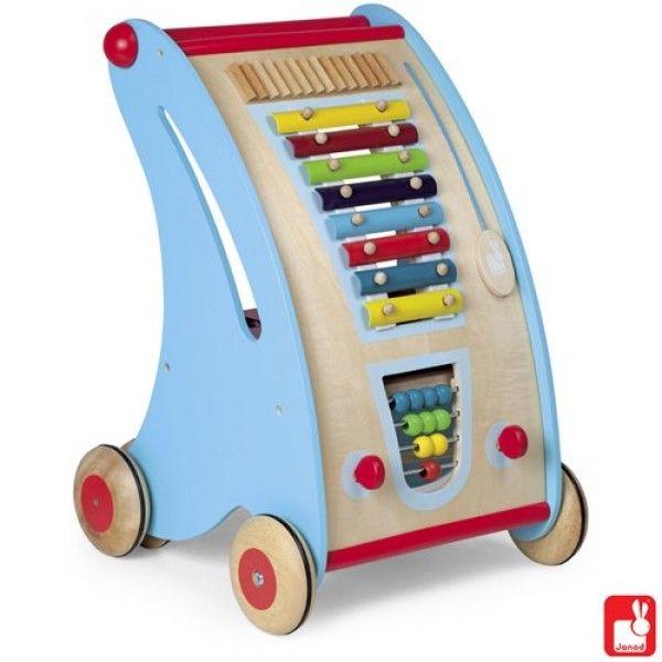 Deze Janod Tatoo Rolwagen Combi (5368) zal uw kind helpen bij het zetten van de eerste stapjes. Door het rijden met de kar zal de fysieke vaardigheid worden getraind. Een rolwagen in de bekende vrolijke Janod kleuren met allerlei activiteiten zoals: xylofoon, telraam, vormendoosje. De rolwagen is stevig zodat het ook een zeer handig hulpmiddel is bij de eerste stapjes. Geschikt voor kinderen vanaf 12 maanden. Afmeting: 34,5 x 33 x 47 cm.