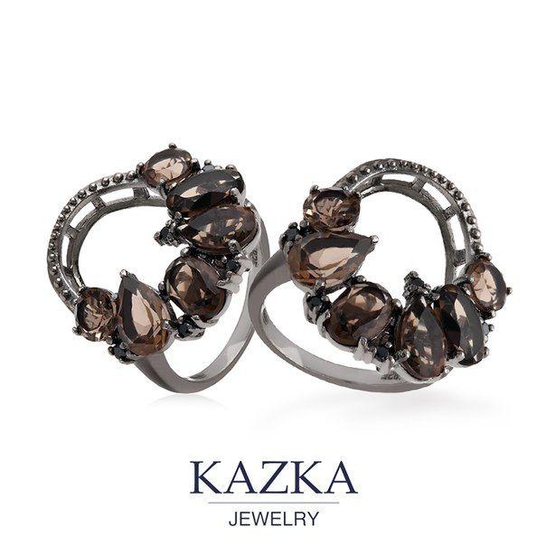 Стильное кольцо из родированного серебра со ставками из кварца и фанитов. Оригинальный дизайн не оставит равнодушным поклонниц необычных украшений.   Приобрести со скидкой за 1 429 грн