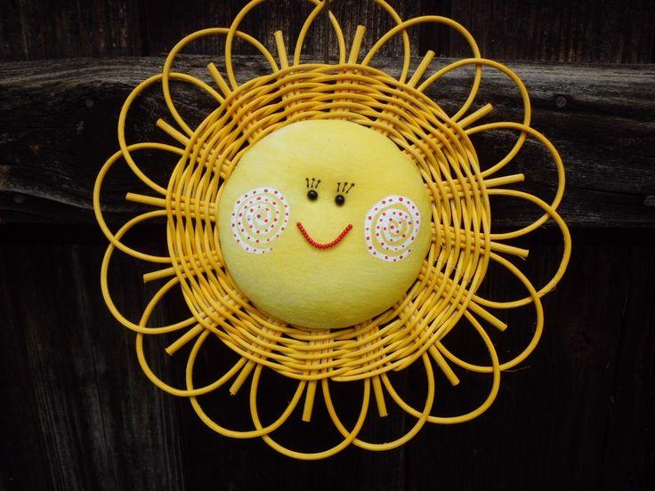 Sluníčko+celožluté+Usměvavá+dekorace+do+dětského+pokoje,+na+dveře,+do+okna.+Sluníčko+je+upletené+z+pedigu+o+průměru+25+cm.+Obličej+je+z+bavlny.+Mořeno+vodouředitelným+mořidlem.+Očka+a+úsměv+je+z+korálků.+Lze+zavěsit+za+poutko+nebo+za+paprsky.