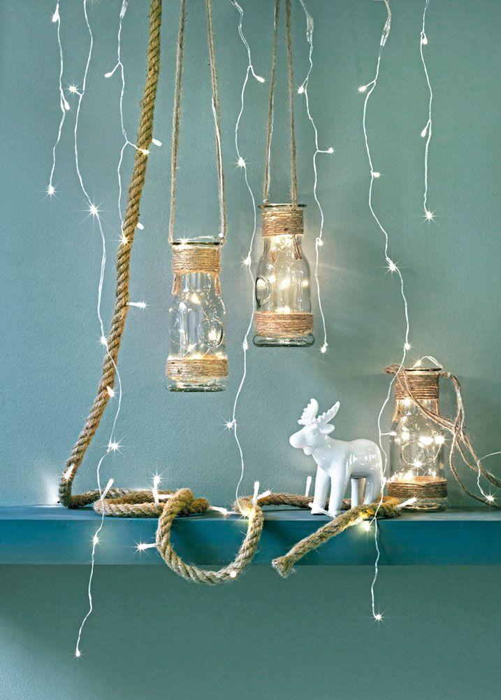 Zeg het met licht! Kies voor kerstverlichting op batterijen. Zo heb je geen last van snoeren, waardoor je de lampjes makkelijk kunt ophangen of in een schaal of glazen vaas kunt leggen.